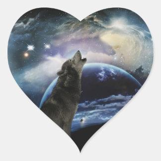 Lobo que grita en la luna pegatina en forma de corazón