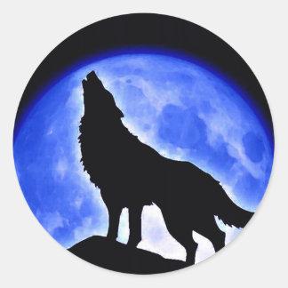 Lobo que grita en la luna pegatina redonda