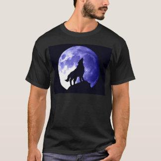 Lobo que grita en la luna playera