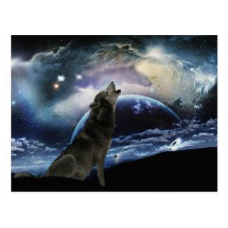Lobo que grita en la luna postal