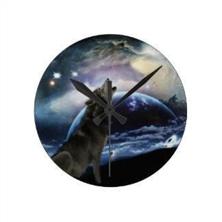 Lobo que grita en la luna reloj redondo mediano