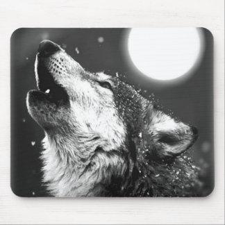 Lobo que grita en la luna alfombrillas de ratón