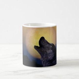 Lobo que grita en la luna taza clásica