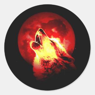 Lobo que grita en la noche roja pegatina redonda