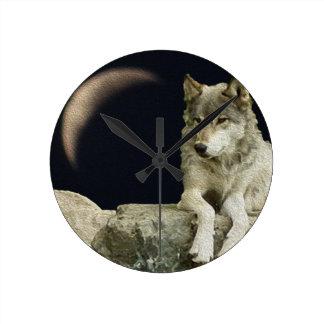 Lobo que se relaja reloj redondo mediano