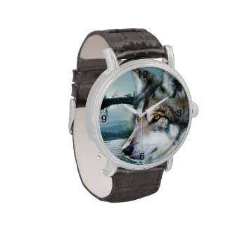 lobo salvaje del claro de luna del arbolado reloj de mano