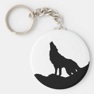 Lobo solitario que se coloca en una colina llavero redondo tipo pin