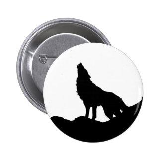 Lobo solitario que se coloca en una colina pin redondo de 2 pulgadas