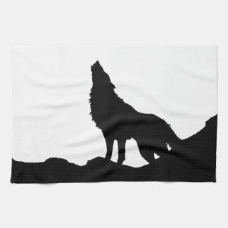Lobo solitario que se coloca en una colina toallas de cocina