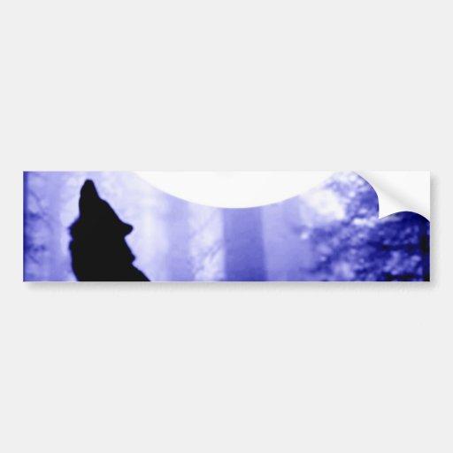 Lobo solo que grita en la luna etiqueta de parachoque