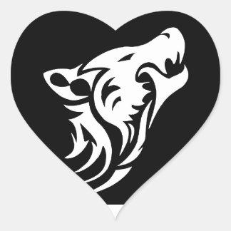 Lobo tribal pegatina en forma de corazón