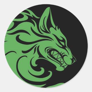 Lobo tribal verde y negro agresivo pegatina redonda