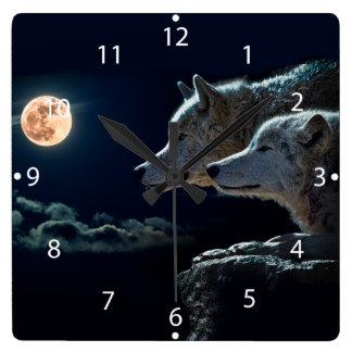 Lobos del lobo que gritan en la Luna Llena Reloj Cuadrado