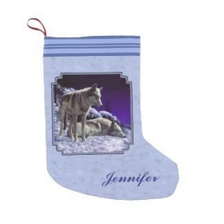 Lobos grises en azul de cielo del invierno bota navideña pequeña