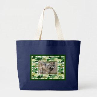 Lobos grises en las bolsas de asas del día de St P