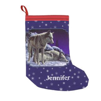 Lobos grises y copos de nieve de la noche del calcetín navideño pequeño