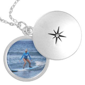 Locket de la persona que practica surf del chica medallón