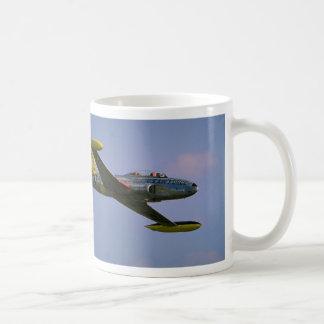Lockheed T-33 Silverstar en vuelo en Duxford, leva Tazas