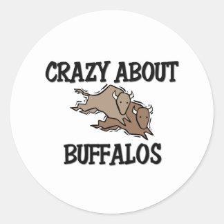 Loco por búfalos pegatina redonda