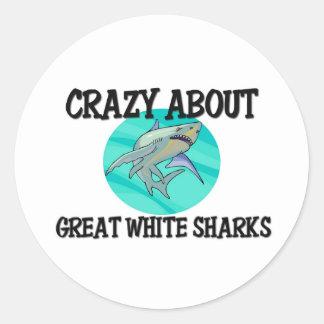 Loco por grandes tiburones blancos pegatina redonda