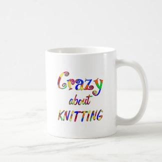 Loco por hacer punto taza de café