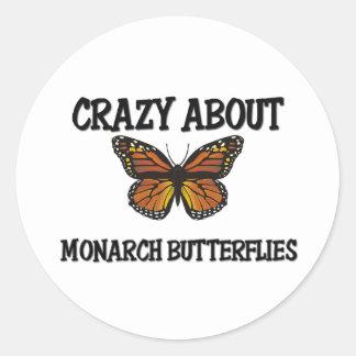 Loco por mariposas de monarca pegatina redonda