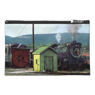 Locomotora de vapor que entra en la yarda del tren