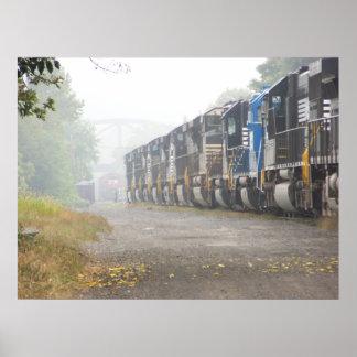 Locomotoras del tren de ferrocarril en la niebla poster
