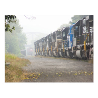 Locomotoras del tren de ferrocarril en la niebla tarjeta postal