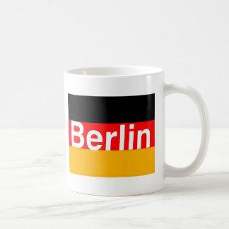 Logotipo de Berlín en blanco en bandera alemana Taza