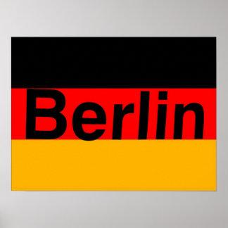 Logotipo de Berlín en negro en bandera alemana Póster