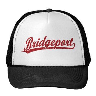 Logotipo de la escritura de Bridgeport en rojo Gorras
