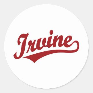 Logotipo de la escritura de Irvine en rojo Pegatina Redonda
