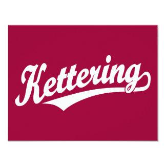 """Logotipo de la escritura de Kettering en blanco Invitación 4.25"""" X 5.5"""""""