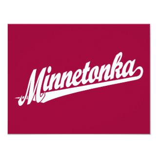 Logotipo de la escritura de Minnetonka en blanco Invitación 10,8 X 13,9 Cm