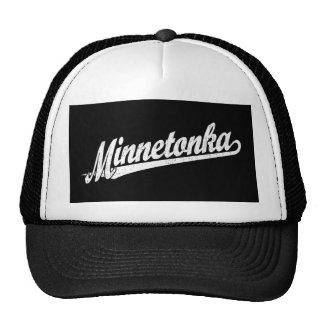 Logotipo de la escritura de Minnetonka en el blanc Gorro