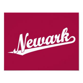 """Logotipo de la escritura de Newark en blanco Invitación 4.25"""" X 5.5"""""""