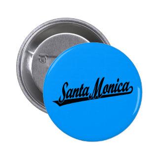 Logotipo de la escritura de Santa Mónica en negro Pin Redondo 5 Cm