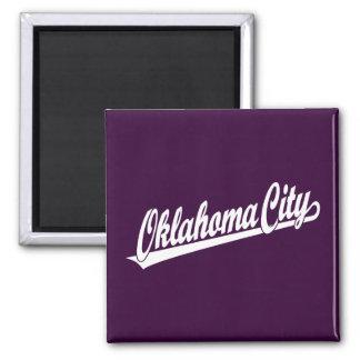 Logotipo de la escritura del Oklahoma City en blan Imanes Para Frigoríficos