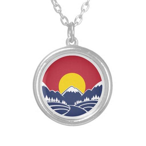 Logotipo de la puesta del sol de la montaña rocosa colgante redondo