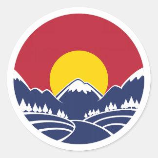 Logotipo de la puesta del sol de la montaña rocosa pegatina redonda