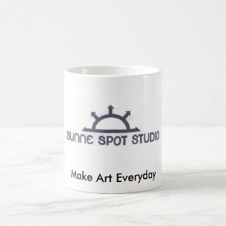 logotipo del estudio del punto del sunne taza de café