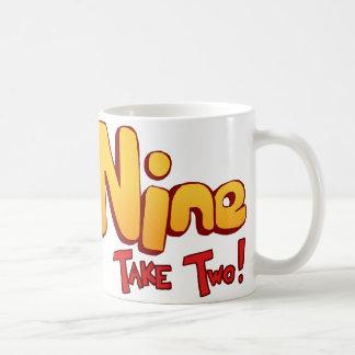 Logotipo del gato nueve taza de café