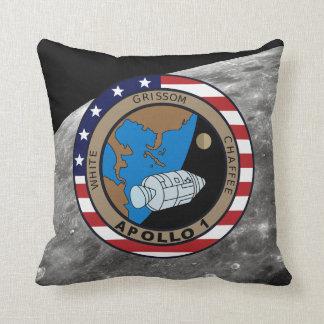 Logotipo del remiendo de la misión de Apolo 1 Cojín Decorativo