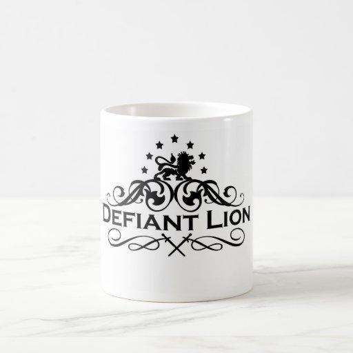 Logotipo desafiante del funcionario del león taza de café