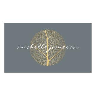Logotipo elegante de la hoja de oro en tarjeta de tarjetas de visita