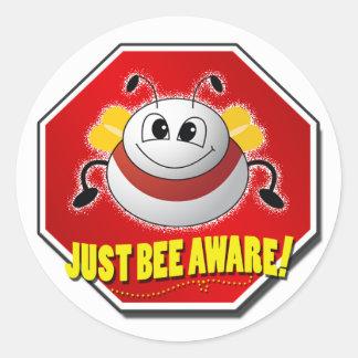 Logotipo enterado de la abeja del funcionario pegatina redonda