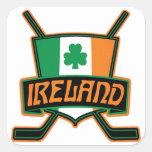 Logotipo irlandés de la bandera del hockey sobre calcomanias cuadradas