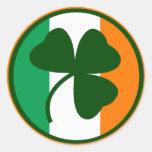 Logotipo irlandés, trébol en colores de la bandera etiqueta redonda