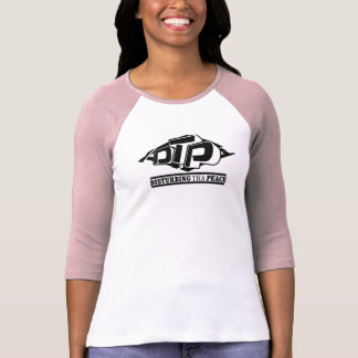 Logotipo negro del DTP en la camiseta blanca